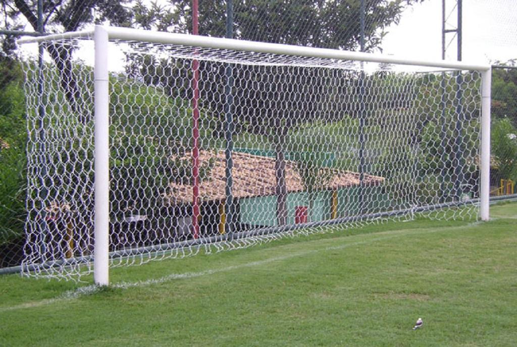 Do poste (travessão), na horizontal, que forma o gol: