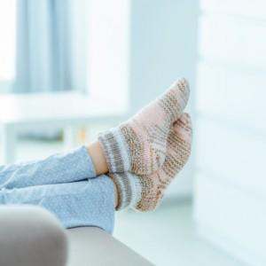 Ficar no sofá de pijama ou deitados na cama assistindo série