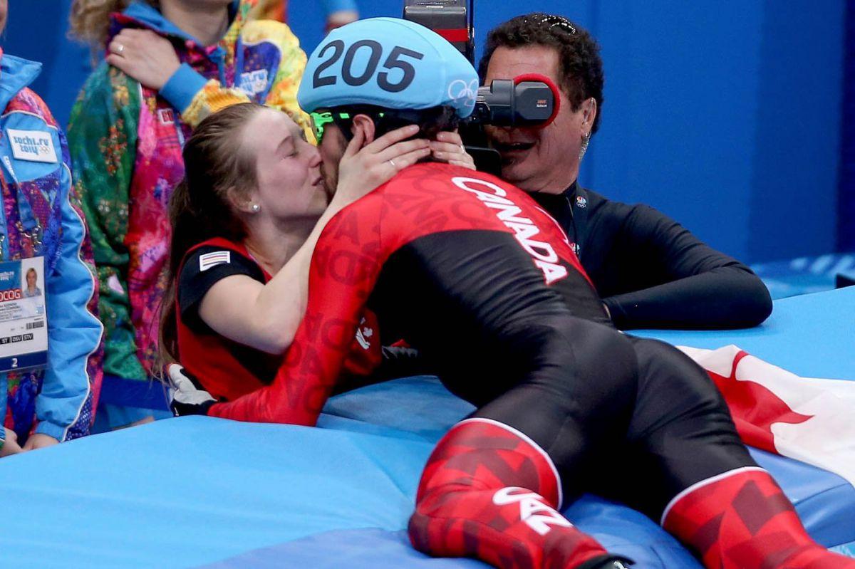 10-de-fevereiro-O-canadense-medalhista-olímpico-celebra-a-vitória-beijando-sua-mulher-nas-Olímpiadas-de-Sóchi