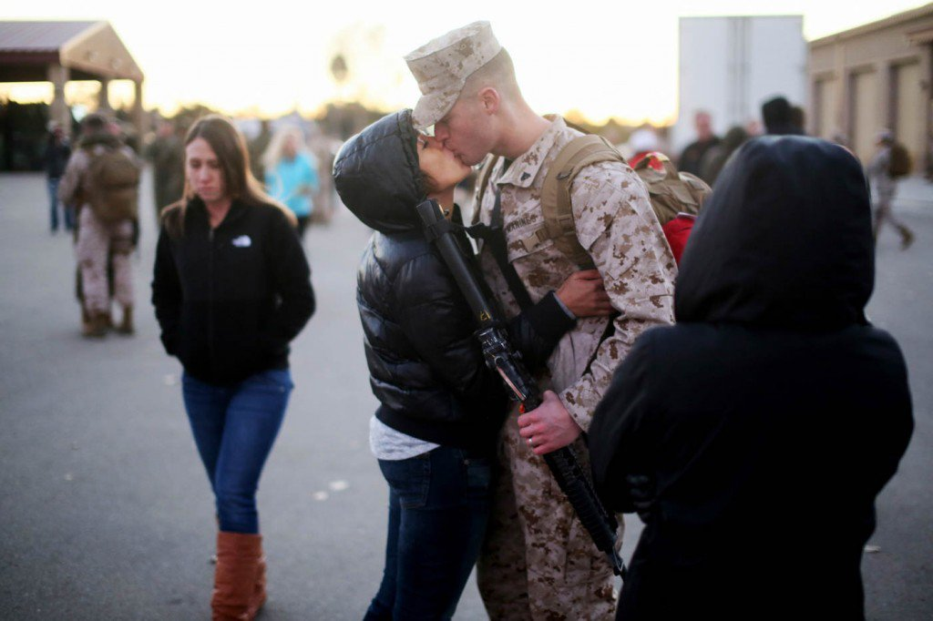 13-de-janeiro-Lange-Bryce-beija-sua-esposa-Lyda-na-Califórnia-antes-de-embarcar-para-o-Afeganistão-1024x682