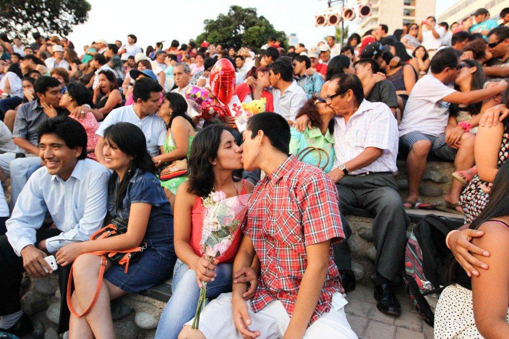 14-de-fevereiro-casais-se-beijam-na-comemoração-do-Dia-dos-Namorados-em-Lima-Peru-1024x682