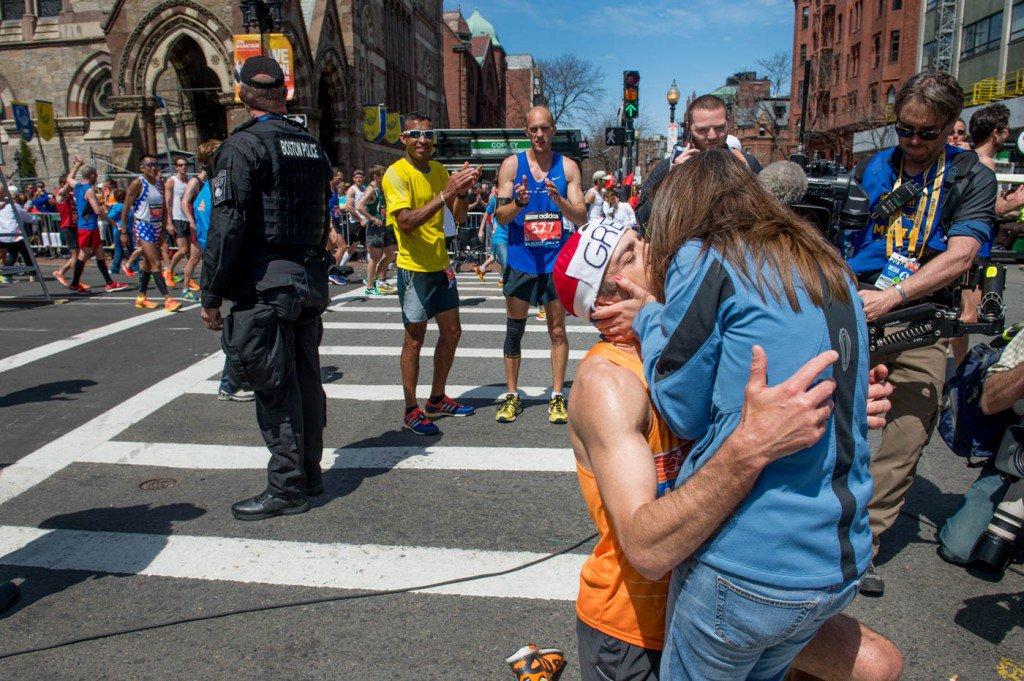 21-de-abril-Gregory-Picklesimer-beija-Carla-White-depois-de-pedi-la-em-casamento-na-maratona-de-Boston-1024x681