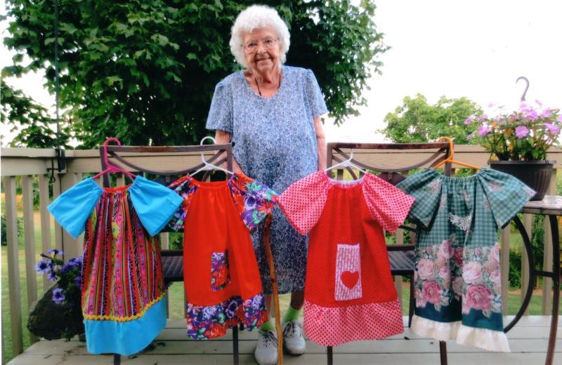 idosa-100-anos-costura-vestido-dia-criancas-carentes-africa-1