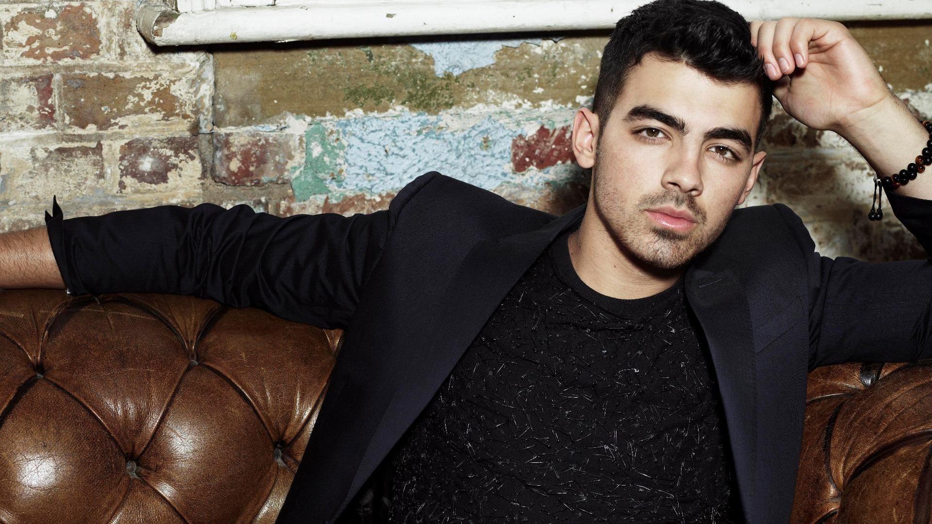 Joe Jonas braços