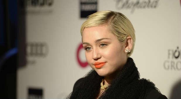 """Ela está nas páginas da nova edição da revista feminina Marie Claire, e Miley Cyrus mais uma vez foi polêmica, mas verdadeira em suas declarações: """"eu me ... - Miley-Cyrus-capa"""