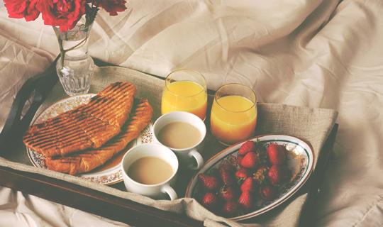 Resultado de imagem para café da manhã na cama tumblr
