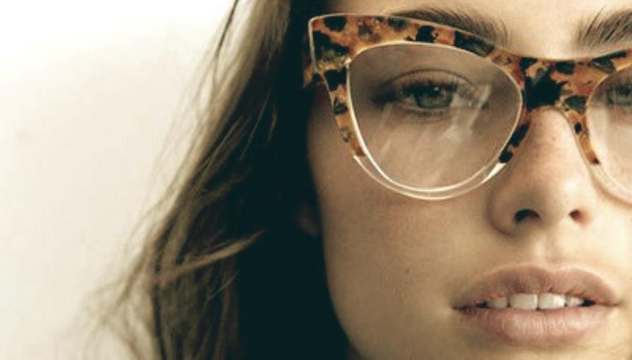 c925d8e2f Foi-se o tempo em que a mulherada vivia em guerra com seus óculos de grau.  Hoje, um modelo bem escolhido complementa o look diário, e pode dar muito  charme ...