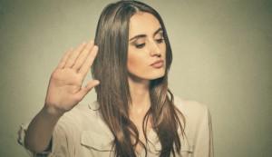 mulher-mao-pra-frente-Shutterstock_Images