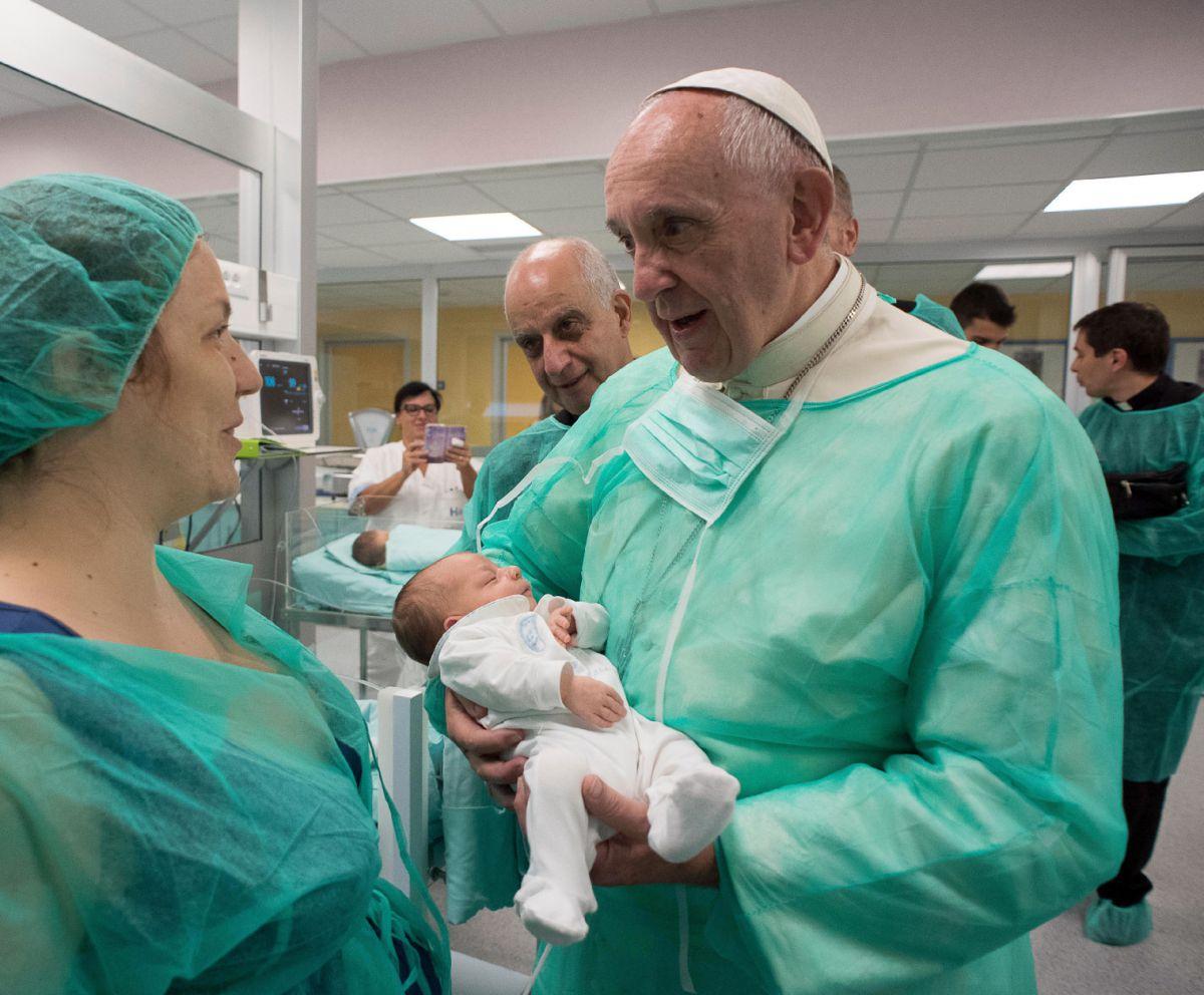 APTOPIX-Italy-Pope-Babies-1517x1254