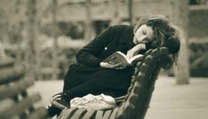 mulher lendo anahis